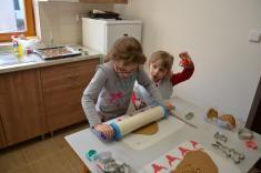 Pletení pomlázky, tvoření a zdobení perníků
